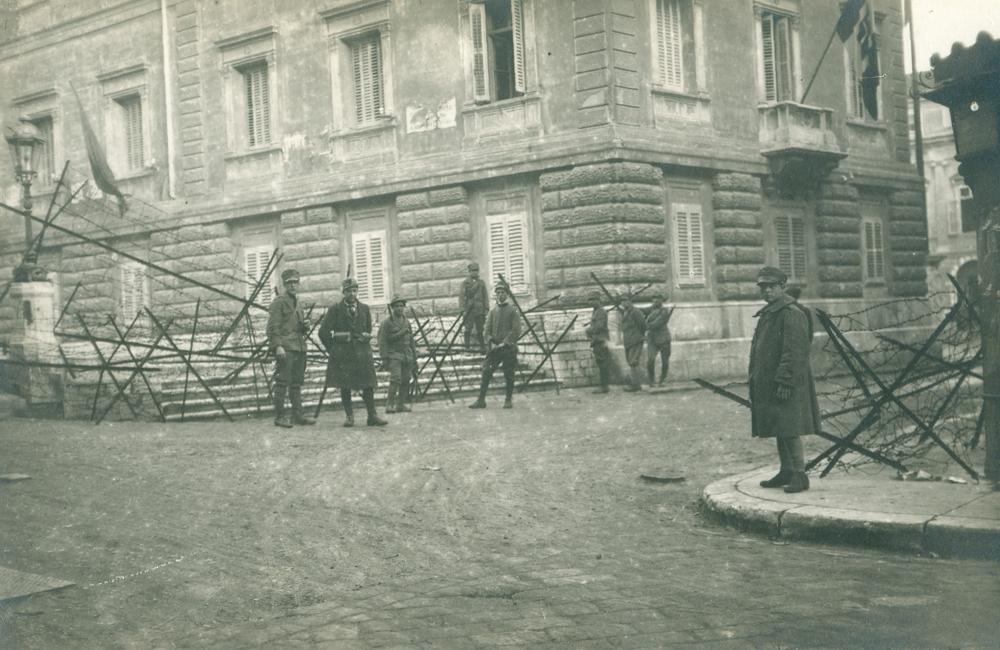 Rijeka (Fiume) 1920. Krvavi Božić. Barikade na ulazu u Municipij