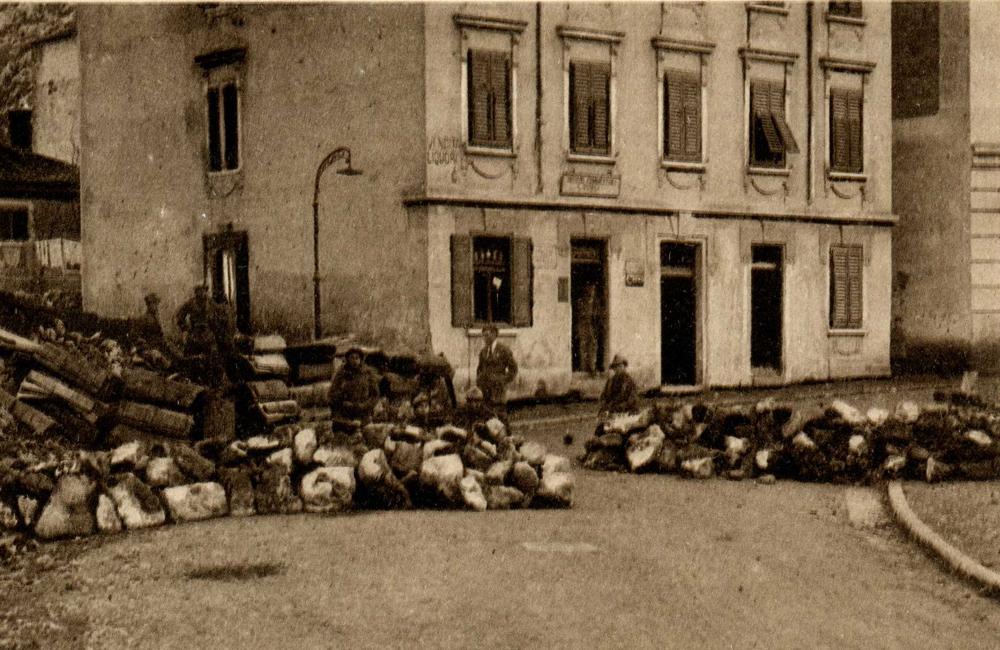 Rijeka (Fiume) barikade na početku Tizianove ulice. Krvavi Božić 1920. godine.