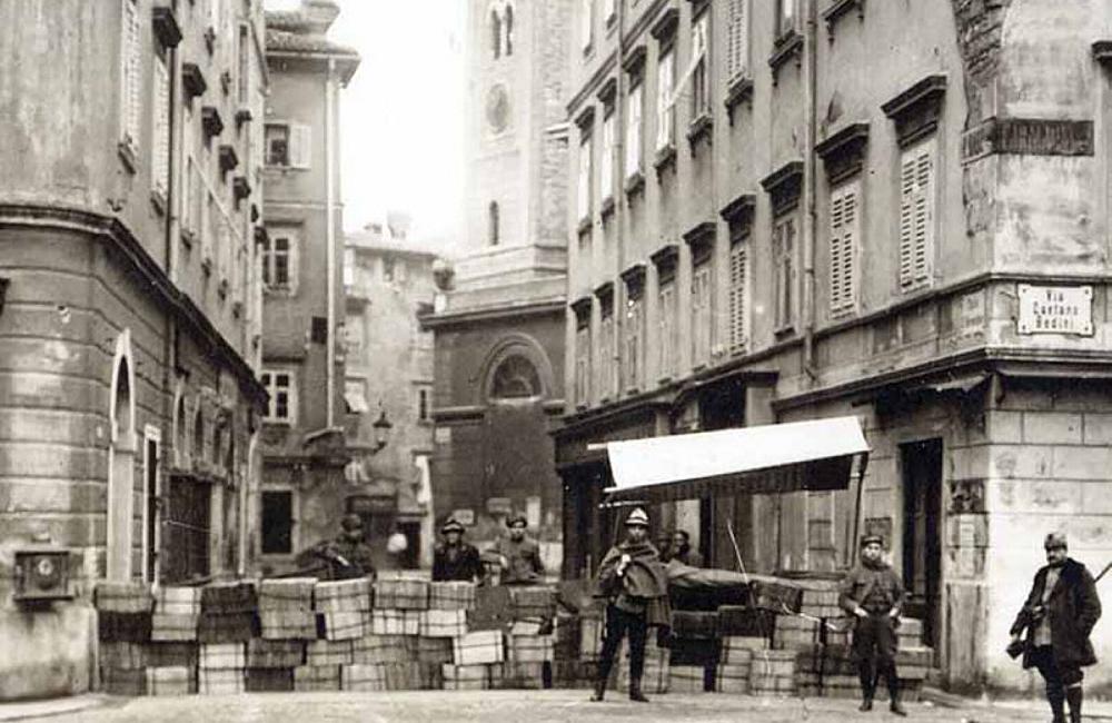 Rijeka (Fiume) barikade na početku Užarske ulice. Krvavi Božić 1920. godine.